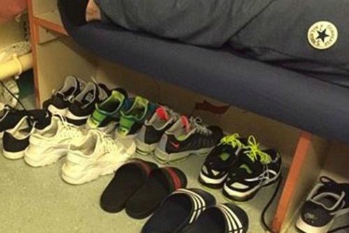 Hình ảnh tủ giày với nhiều mẫu giày thể thao thịnh hành của Warren Tevlin trong tù đăng trên Facebook năm 2011.