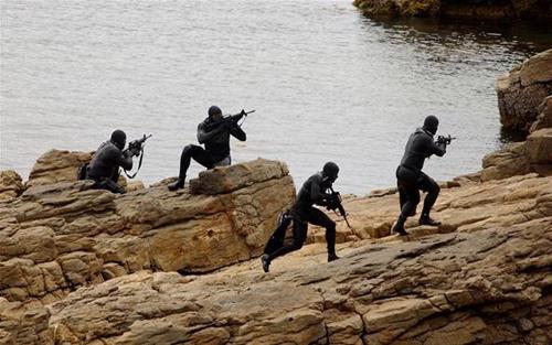Người nhái đặc nhiệm SEAL huấn luyện đổ bộ bờ biển. Ảnh: DailyBeast
