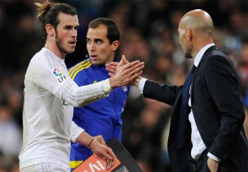 Zidane (phải) tỏ ra mát tay ngay trong trận đầu làm HLV. Ảnh: Reuters