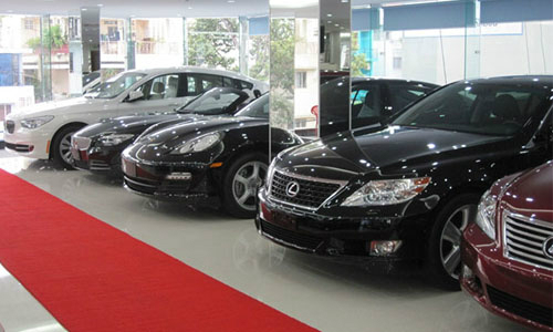 Các dòng xe sang nhập khẩu nguyên chiếc đang được doanh nghiệp điều chỉnh giá bán tăng cao hơn trước.