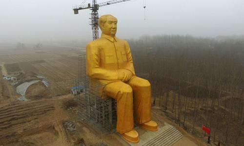 Bức tượng cao hơn 35 m vừa bị dỡ bỏ. Ảnh: AFP