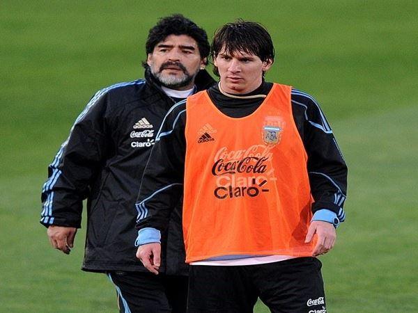 Messi được Maradona tận tình chỉ dạy.